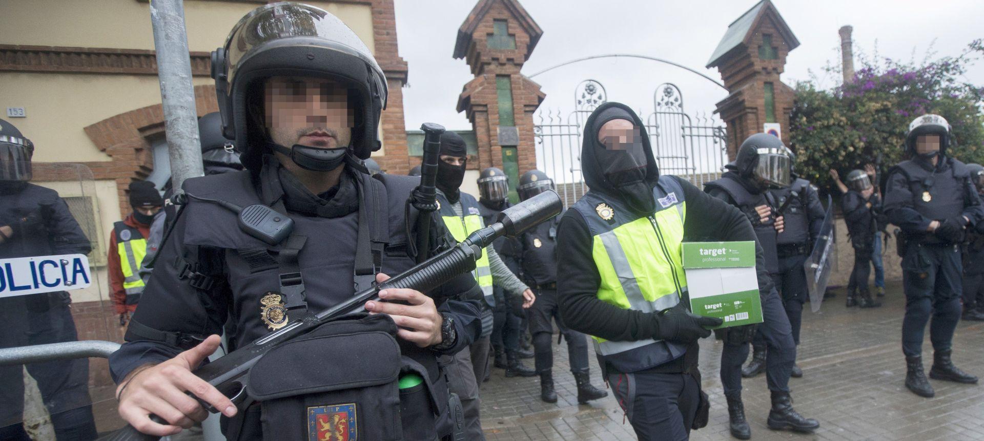 VIDEO: Španjolska policija mlati katalonske vatrogasce koji štite građane