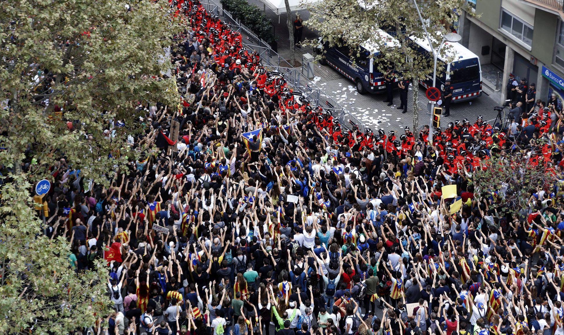 Katalonci prosvjeduju, španjolska vlada razmatra mjere za rješenje krize
