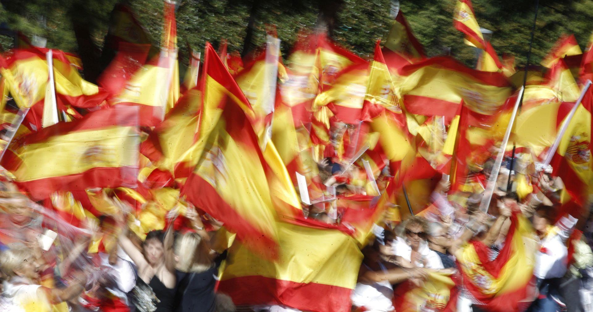 DESECI TISUĆA LJUDI NA ULICAMA Okupljanja Španjolaca za dijalog i jedinstvo
