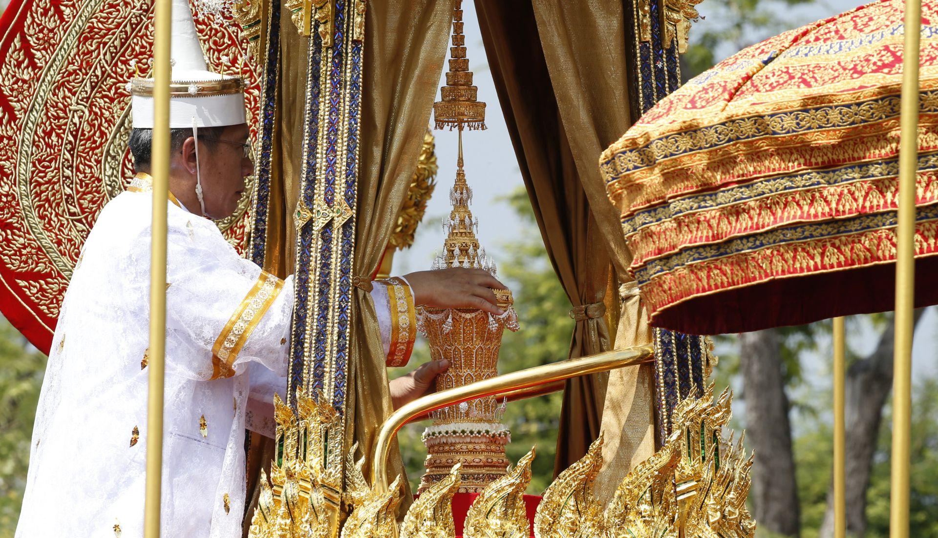 Ostaci tajlandskog kralja šarenom procesijom dopraćeni do Kraljevske palače
