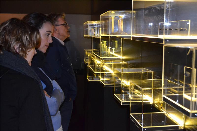 Izložba antičkog stakla iz dubrovačkog Arheološkog muzeja otvorena u Kneževu dvoru