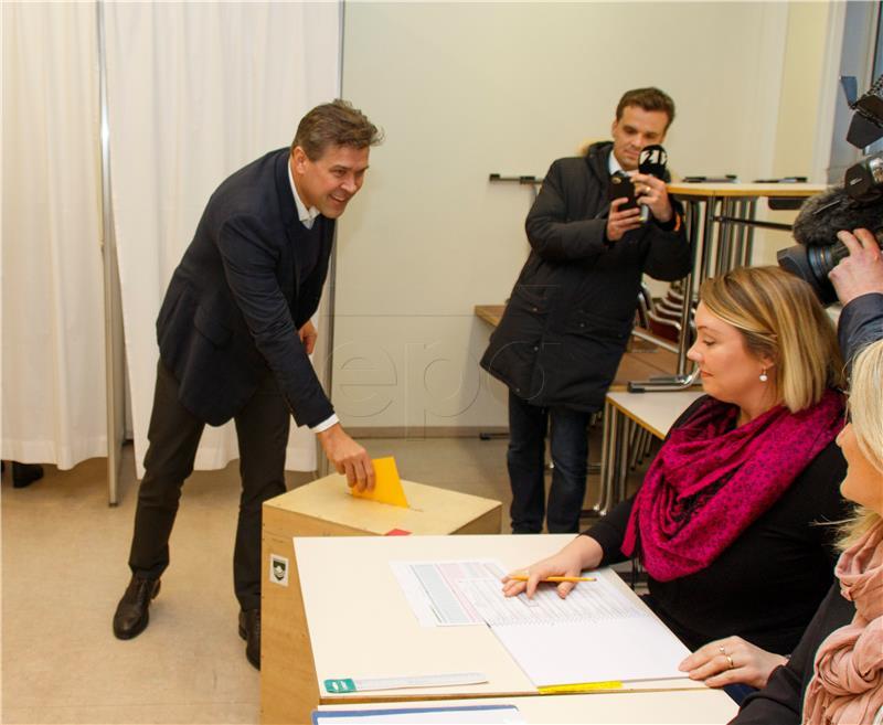 Na Islandu otvorena birališta na prijevremenim parlamentarnim izborima