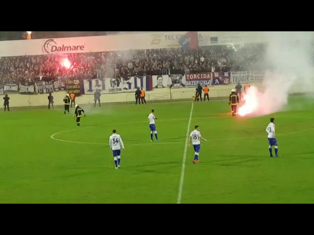 VIDEO: Torcidaši zapalili transparent Funcuta i bacali baklje na teren