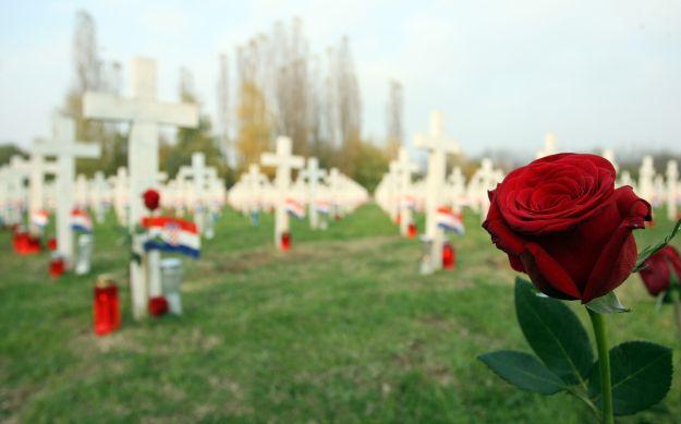 Polaganje ruža na grobove vukovarskih branitelja