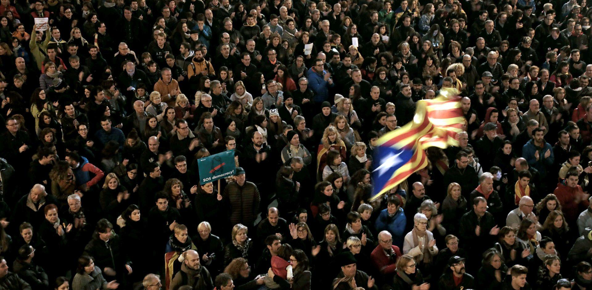 Deseci tisuća ljudi s ulica Barcelone traže oslobađanje katalonskih dužnosnika