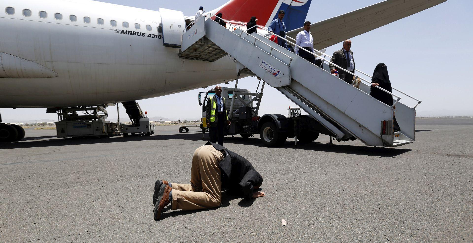 Zrakoplov s humanitarnom pomoći sletio u Sanu, prvi nakon trotjedne blokade