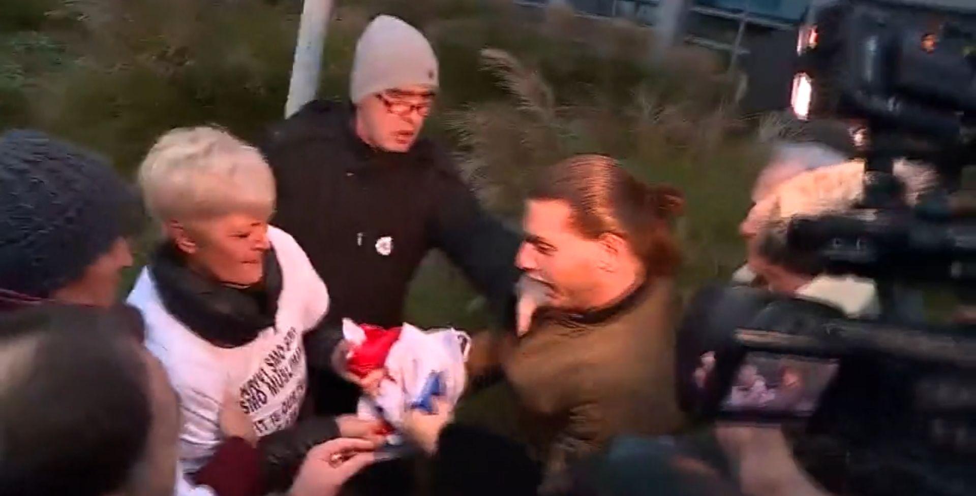 INCIDENT PRED SUDOM U HAAGU Muškarac se pojavio sa srpskom zastavom, došlo do naguravanja