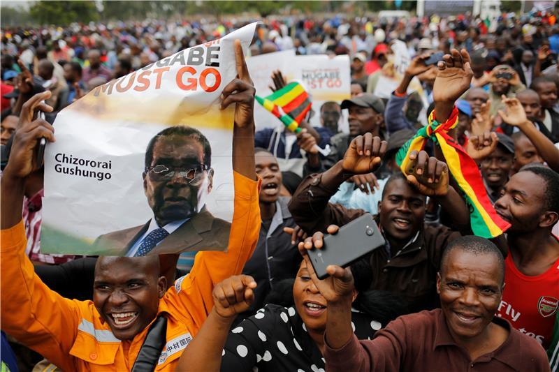 Ulice Hararea pune ljudi koji slave očekivani pad Mugabea
