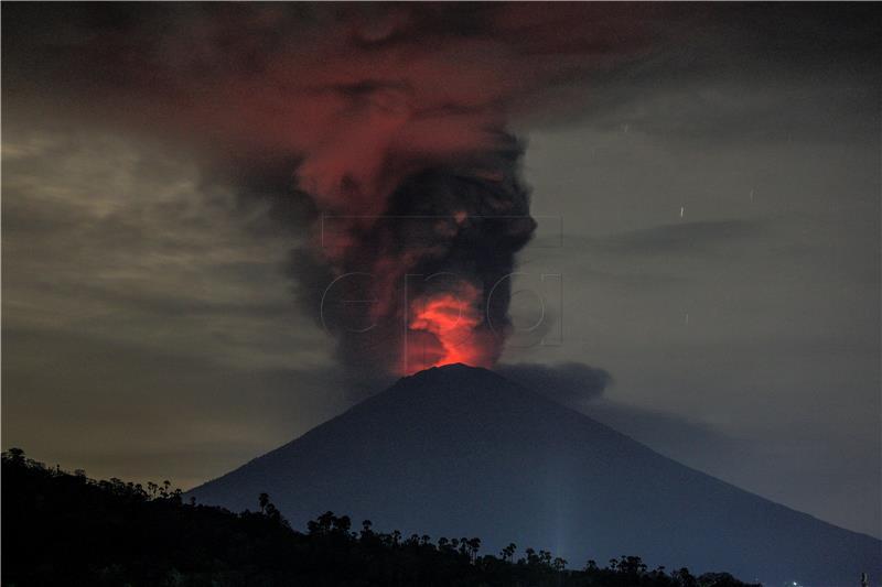 Deseci tisuća ljudi bježe od prijetnje vulkana Agunga na Baliju