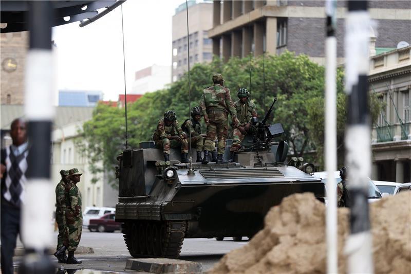 Mugabe odbija popustiti vojnicima i dati ostavku