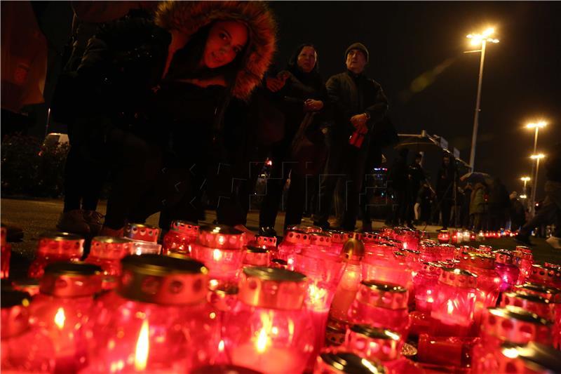HRVATSKA SE SJEĆA VUKOVARA Građani se poklonili žrtvama grada heroja