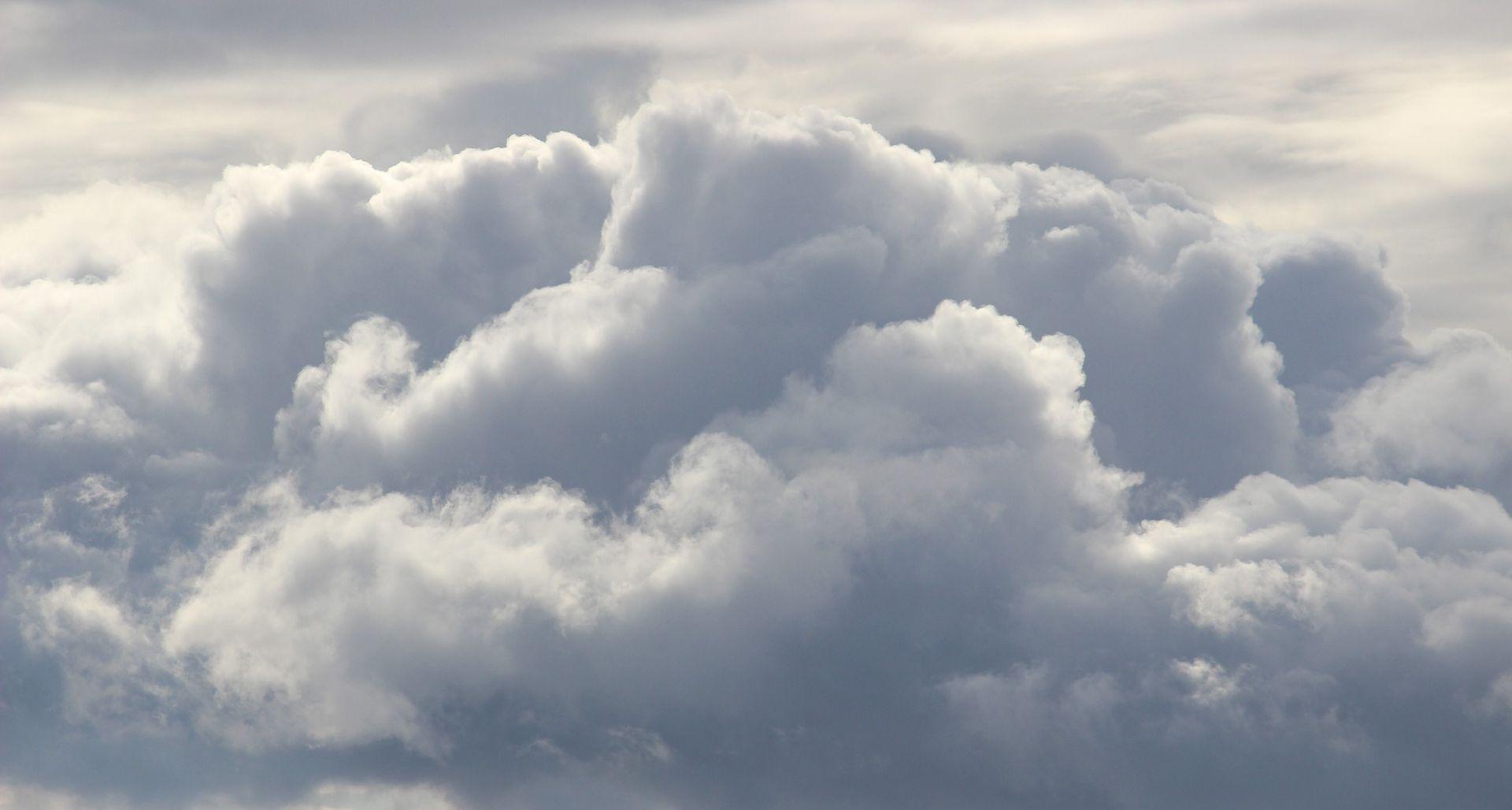 Oblačno uz mjestimičnu kišu, podno Velebita olujna bura