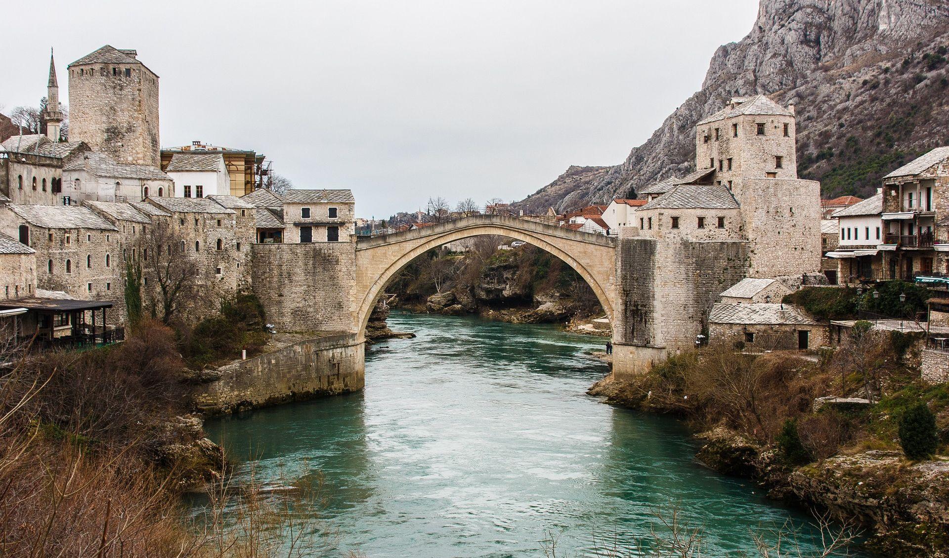 Stari most u bojama turske zastave na obljetnicu neuspješnog državnog udara