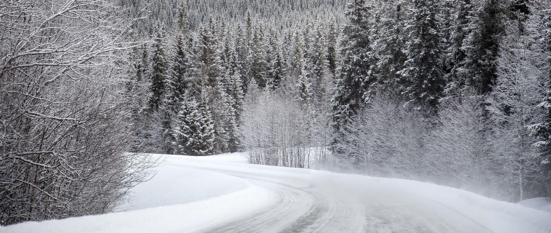 Snijeg u Lici, prekidi u pomorskom prometu
