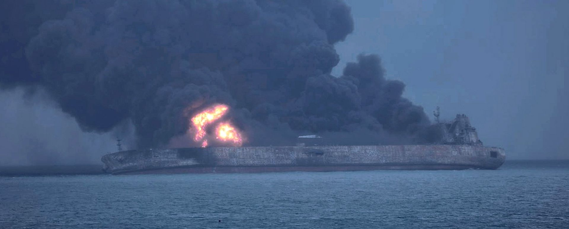 Iranski tanker gori treći dan, vjetar i visoki valovi otežavaju spašavanje