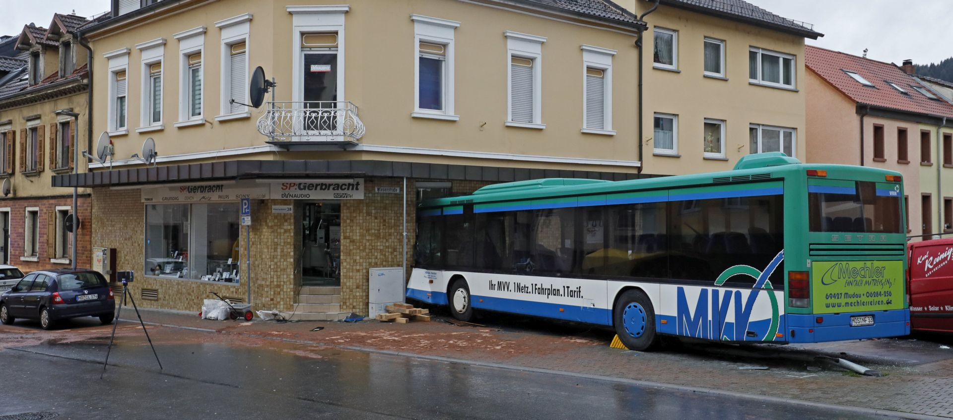 Školski autobus se zabio u zgradu, 49 ozlijeđenih