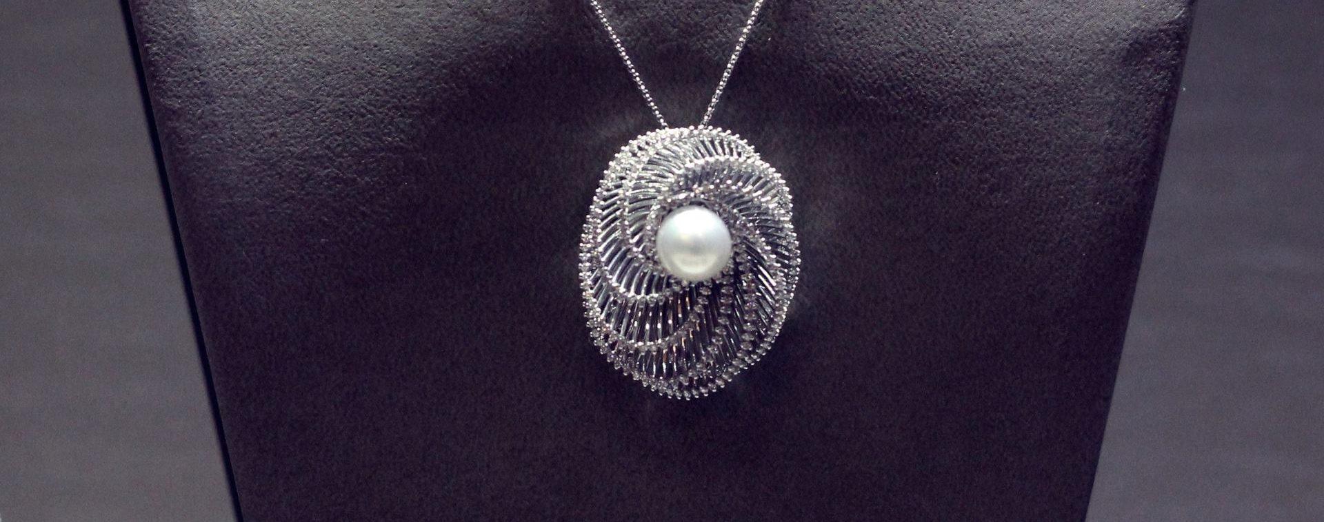 Ogrlica s dijamantima i prirodnom perlom