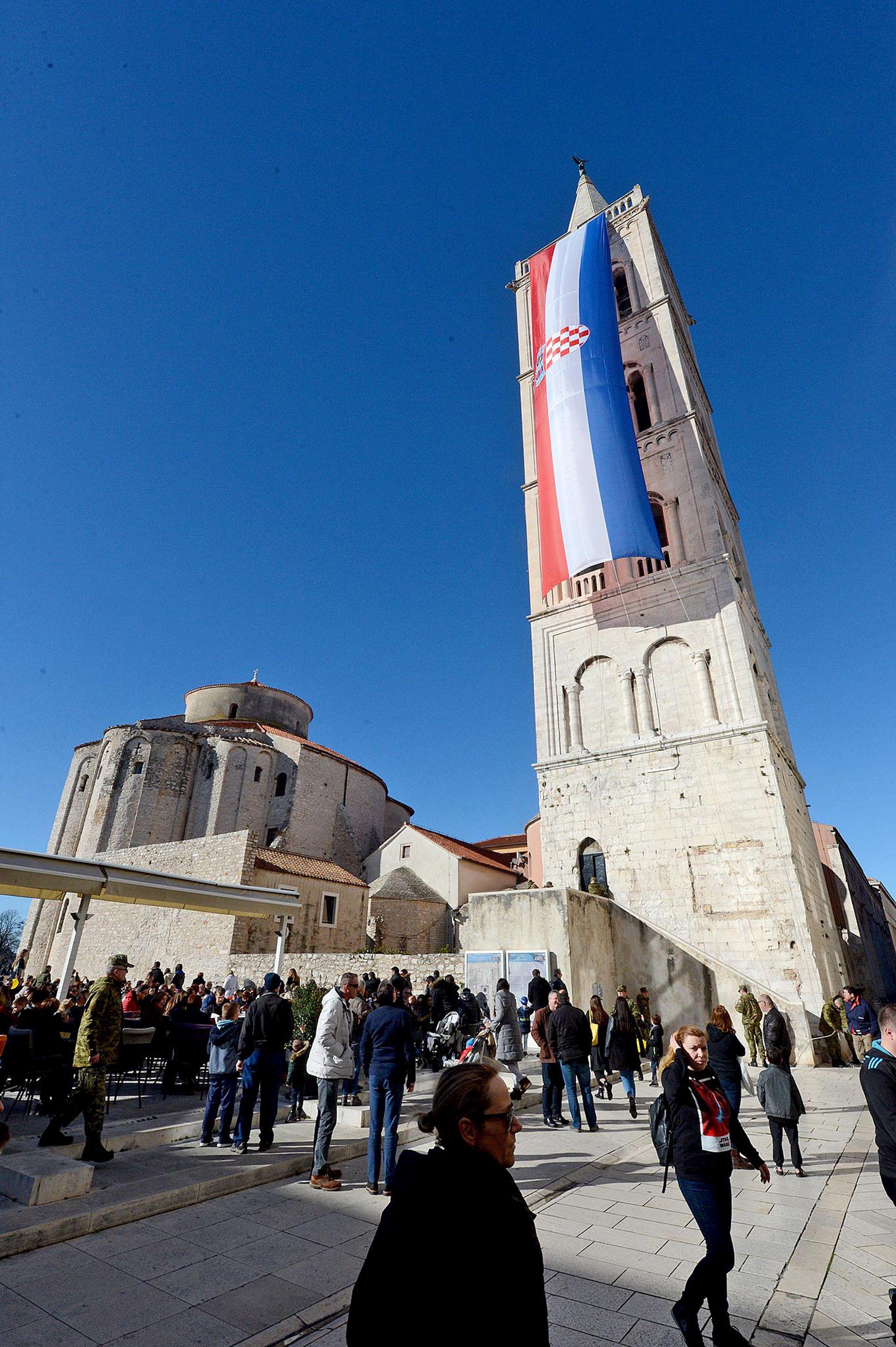 """25. OBLJETNICA """"MASLENICE"""" Zastava od 25 metara na katedrali sv. Stošije"""