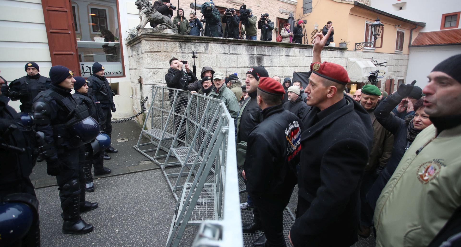 """Zbog """"neprimjerenog transparenta"""" na prosvjedu protiv Vučića privedena jedna osoba"""