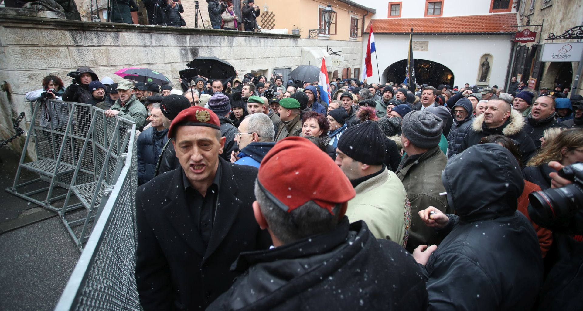 Prosvjednici stigli pred barikade na Kamenitim vratima