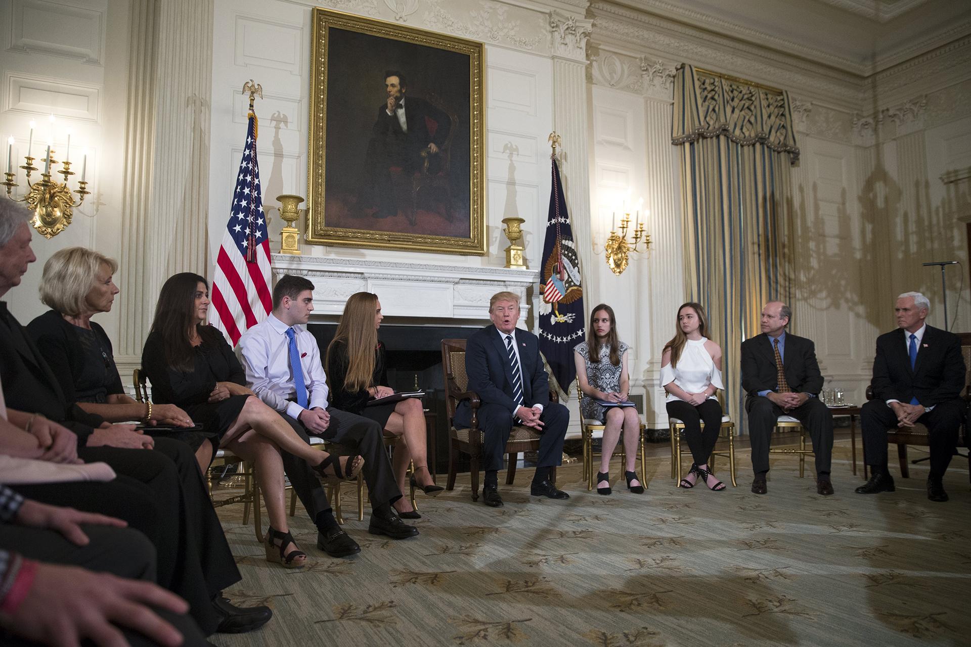 Trump sugerira da je školski policajac na Floridi bio kukavica
