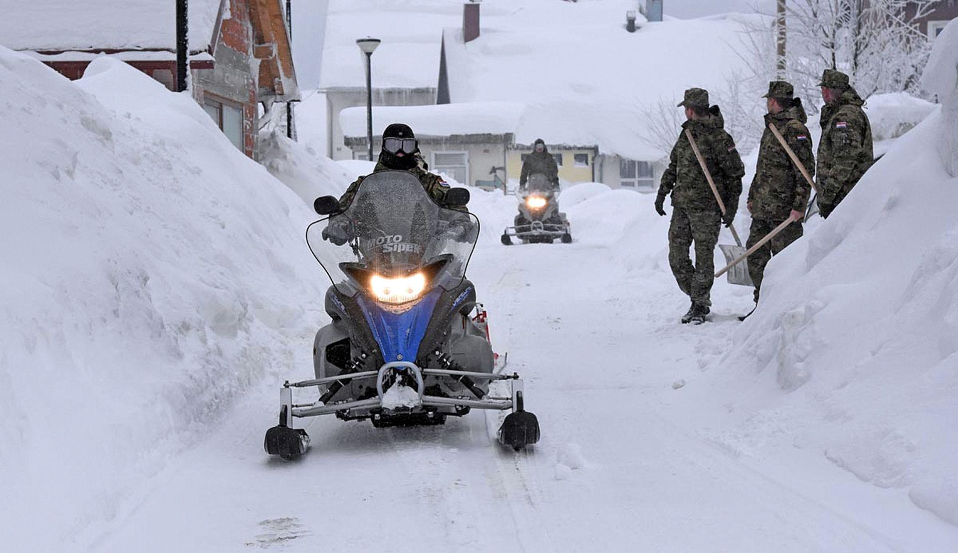 Hrvatski vojnici i dalje čiste snijeg na području Gračaca