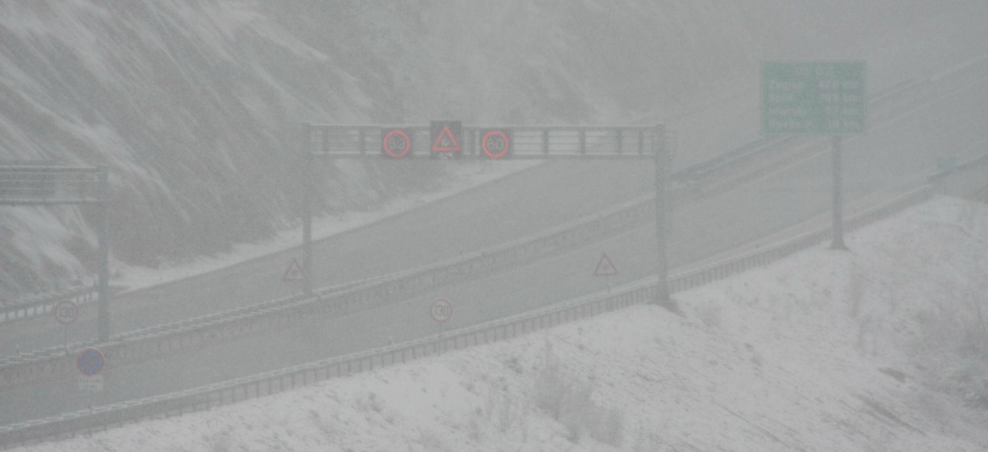 Snijeg i jak vjetar otežavaju promet, problemi i u pomorskom prometu