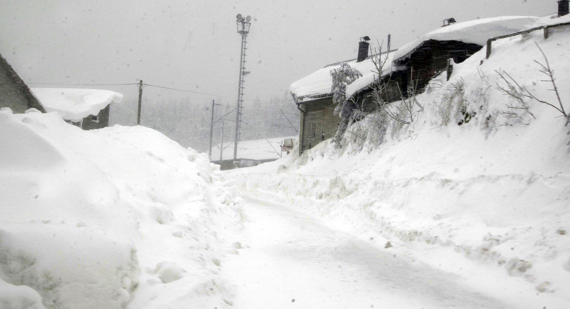 S krova staračkog doma padali snijeg i led, dvije osobe ozlijeđene