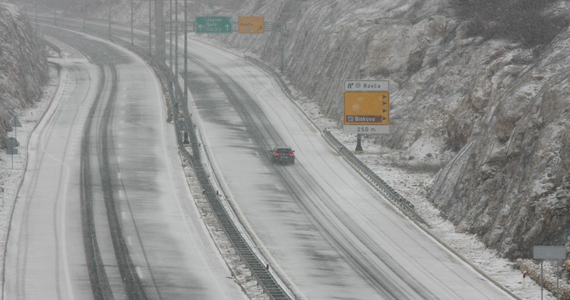 Snijeg otežava vožnju, za kamione nema prohodnih cesta