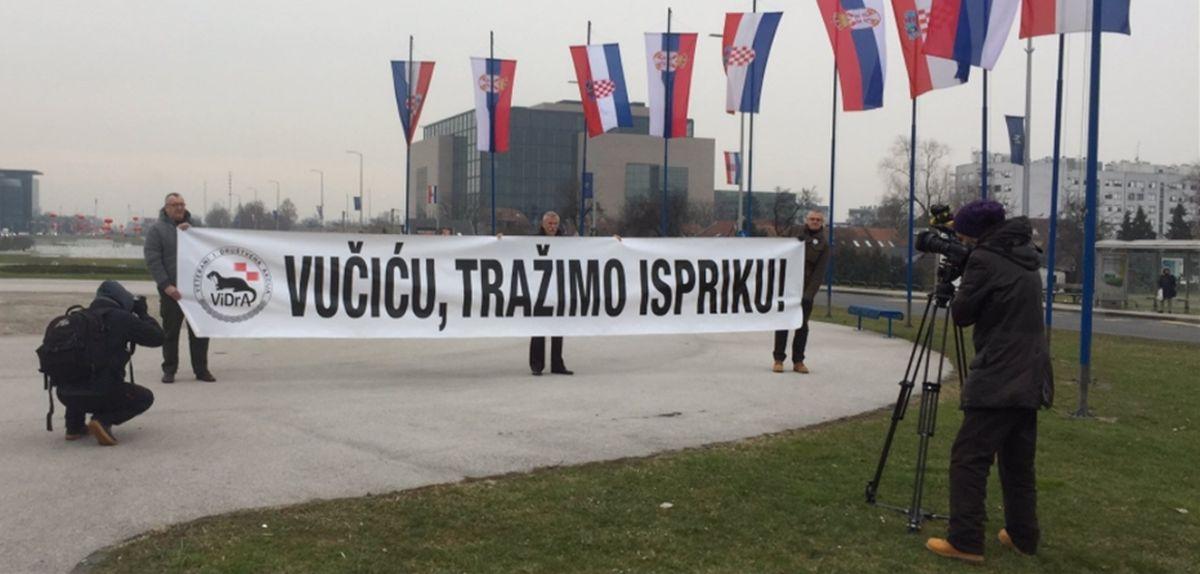 Branitelji razvili transparent, od Vučića traže ispriku