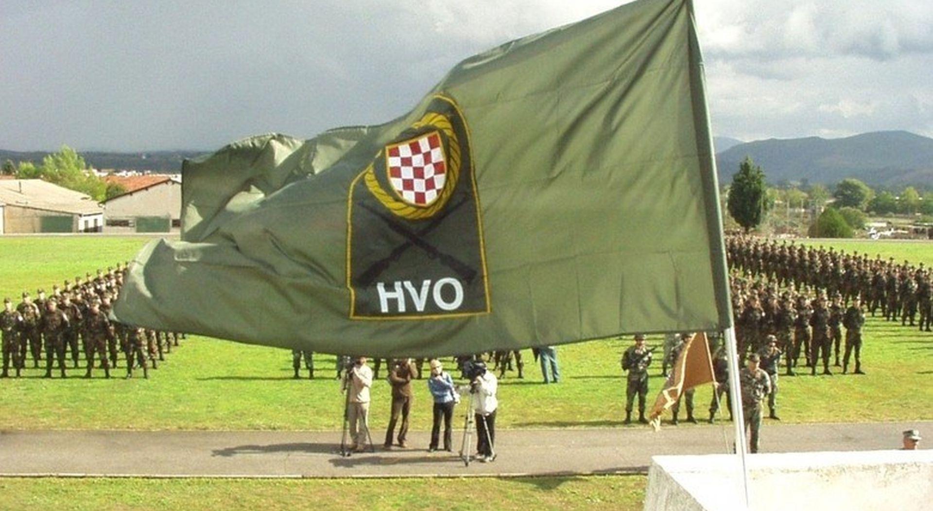 Zapaljena hrvatska zastava postavljena kod spomenika HVO-a u Žepču