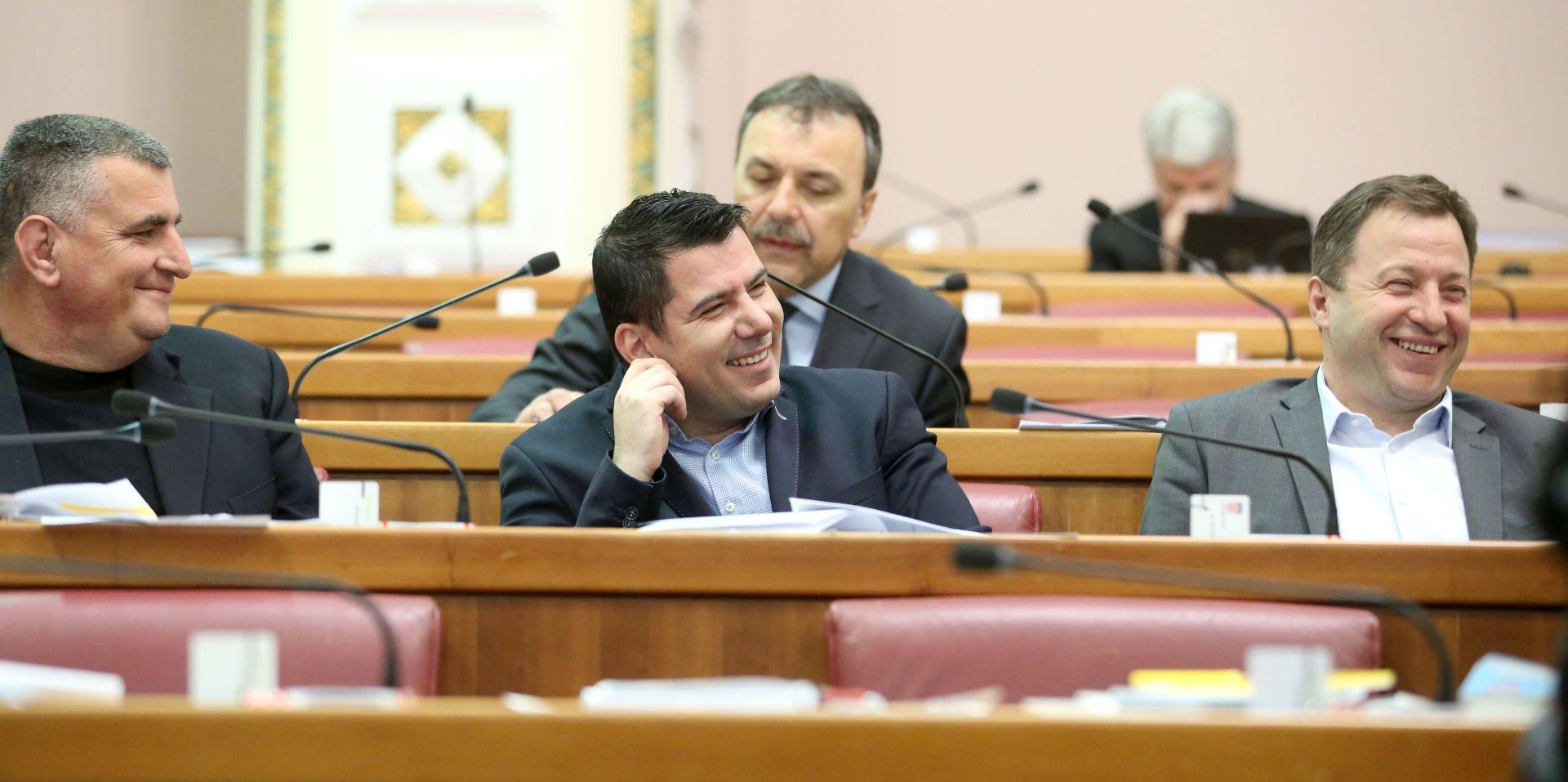 Bulj s flasterom, Panenić o cijenama banana, Pernar se 'naoružao' slatkišima
