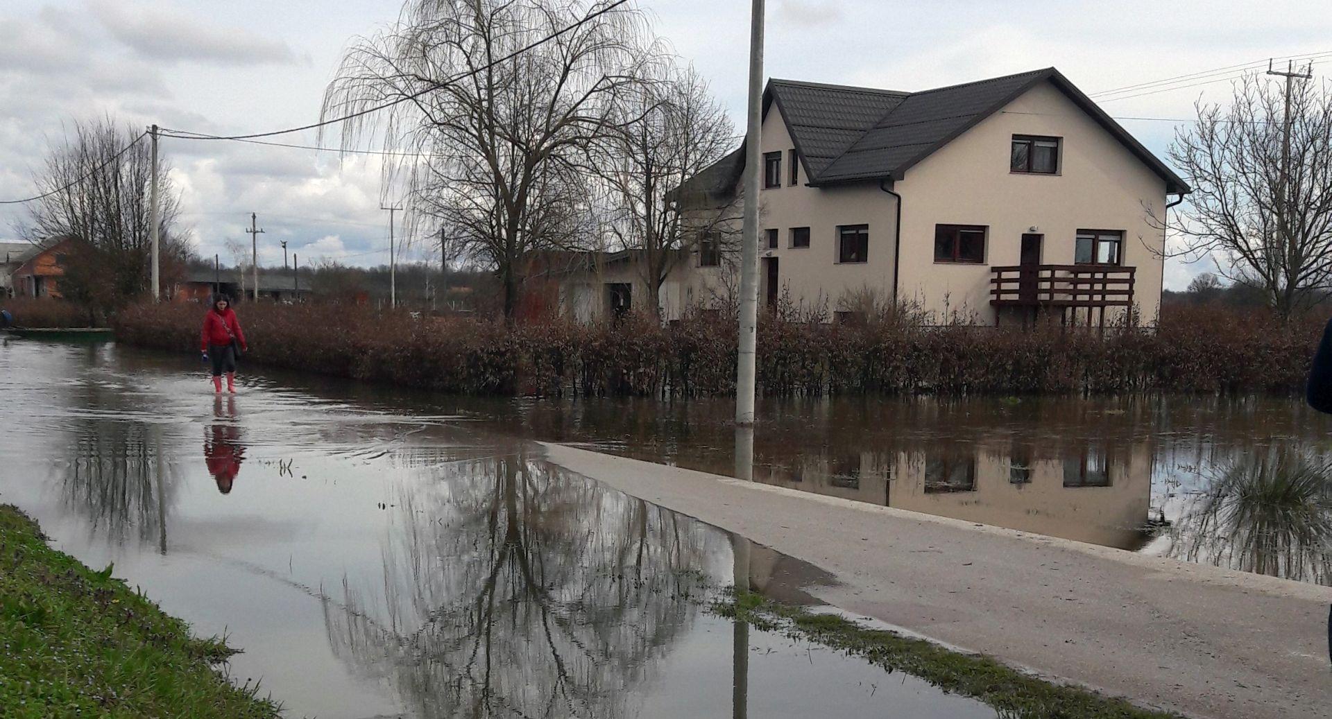 Vodostaji karlovačkih rijeka opadaju, voda se sporo povlači sa cesta