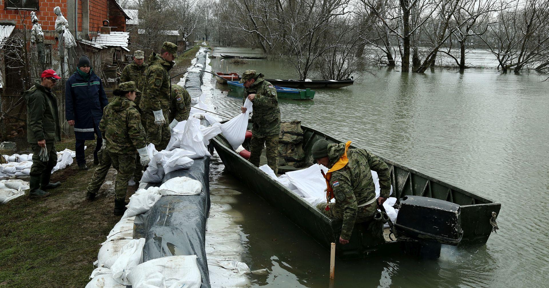 Voda kod Jasenovca počela ulaziti u kuće