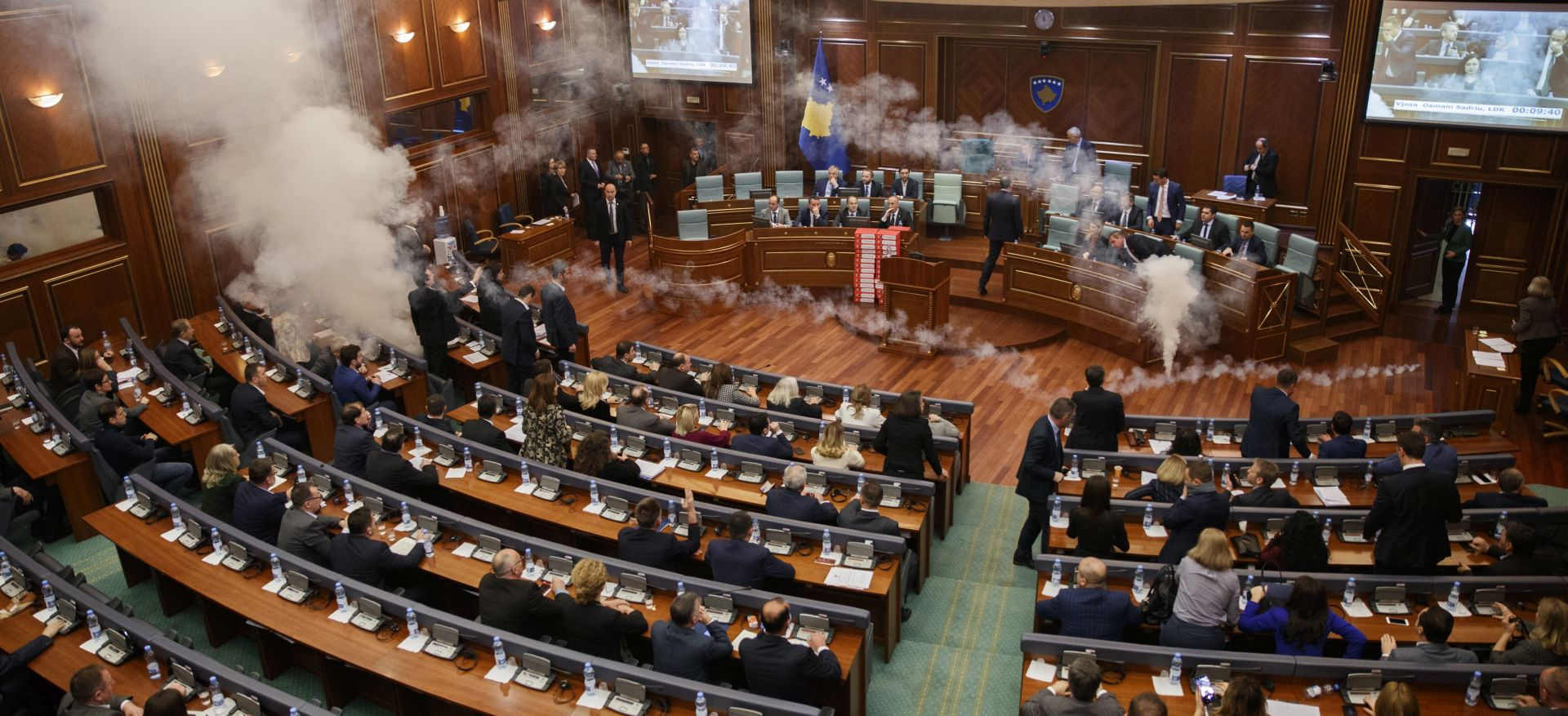 KOSOVO Oporba bacala suzavce po parlamentu