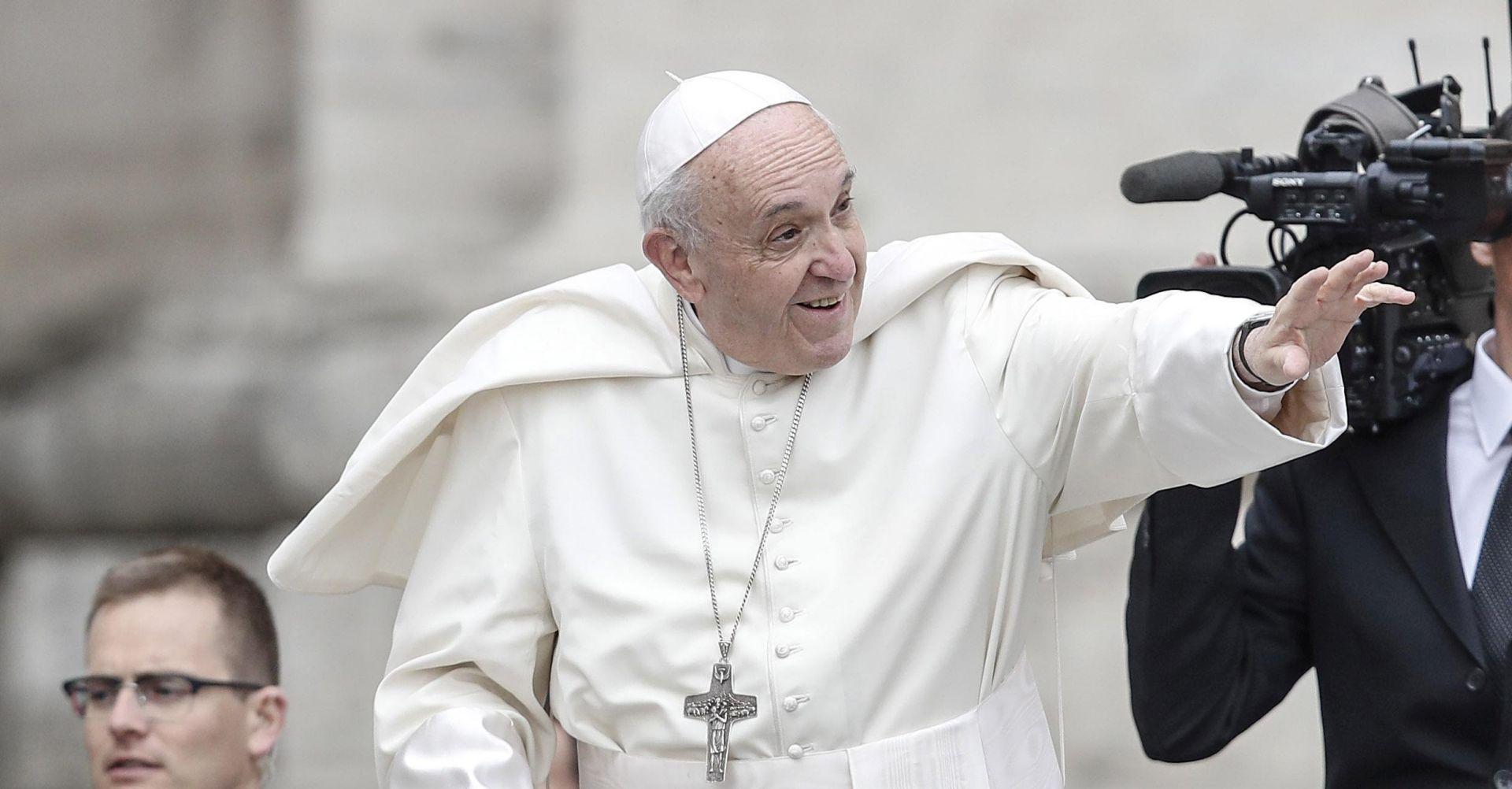 Papa zbog mrene mora na operaciju