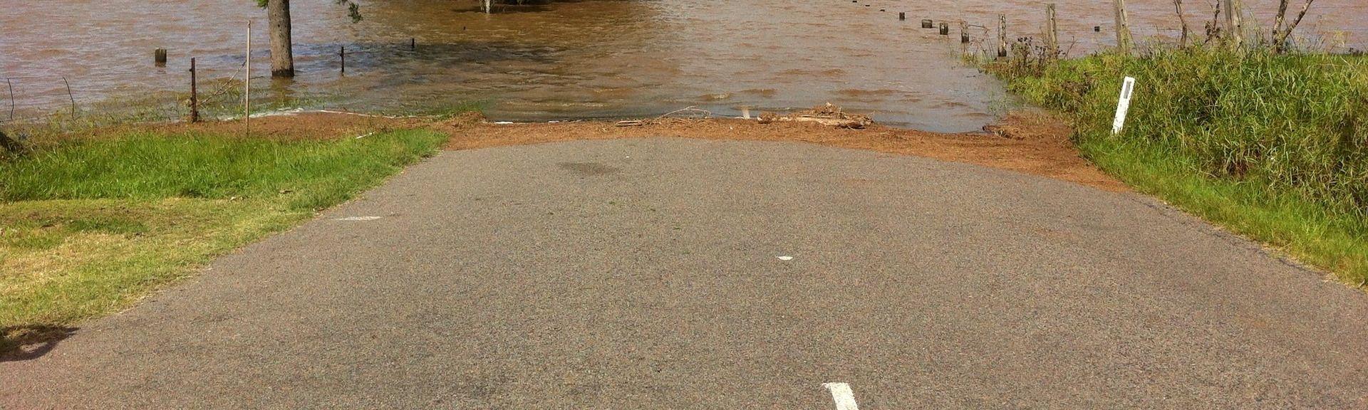 PUKNUĆE VODOVODNE CIJEVI Poplavljena Zvonimirova ulica
