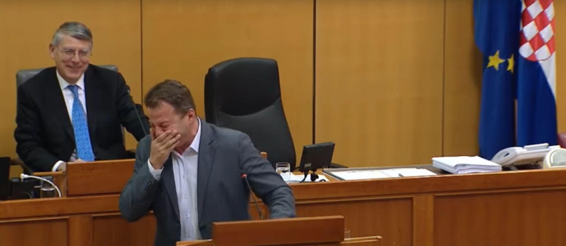 VIDEO: Pogledajte kako je Panenić 'pukao' od smijeha u Saboru