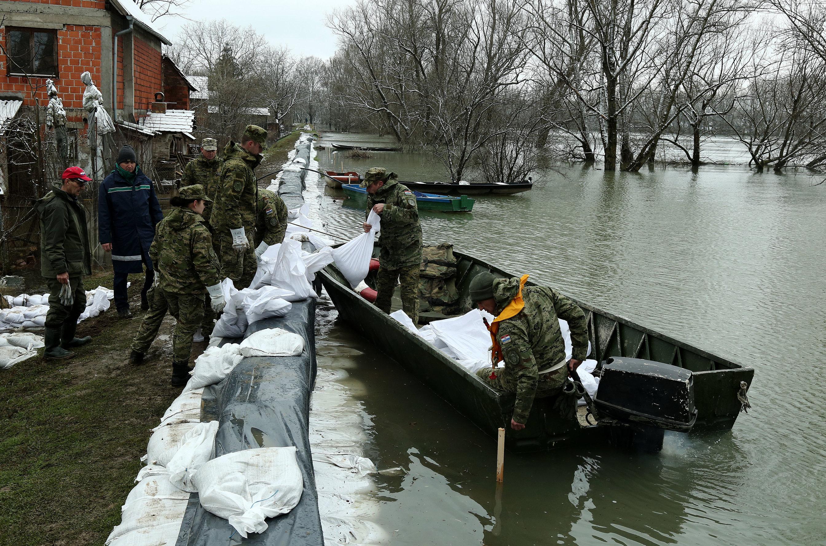 JASENOVAC U obrani od poplava 228 vojnika, posjetio ih general Šundov