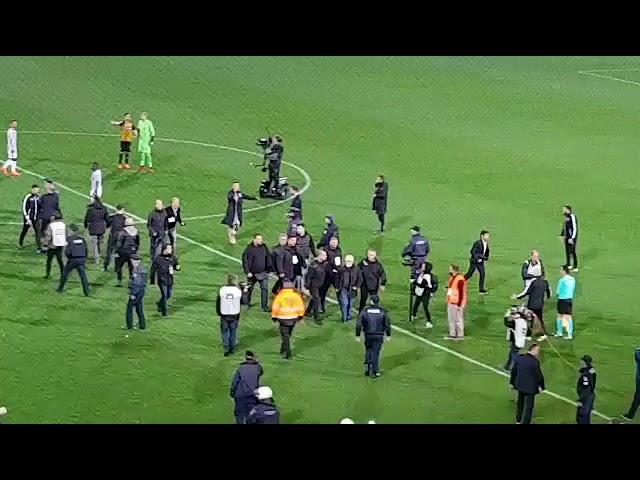 VIDEO: Predsjednik PAOK-a uletio na travnjak – s pištoljem