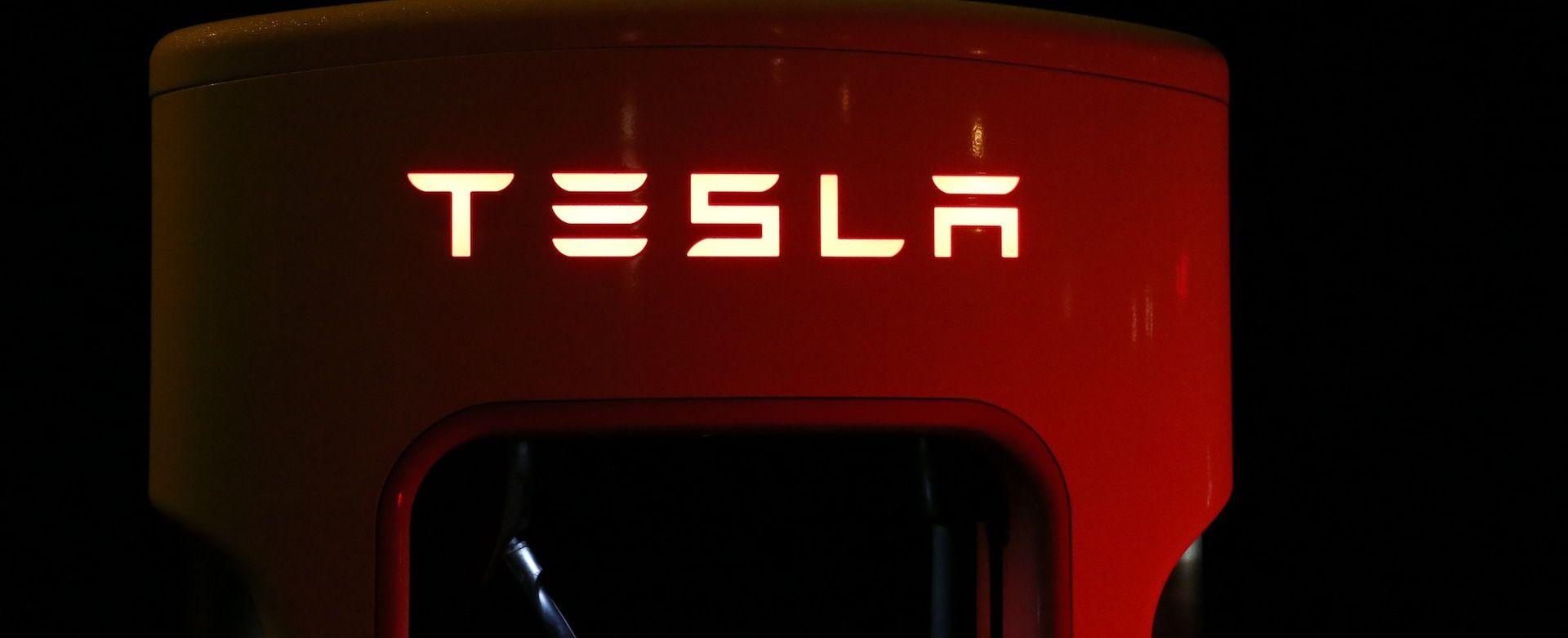 Tesla povlači 123.000 vozila zbog greške