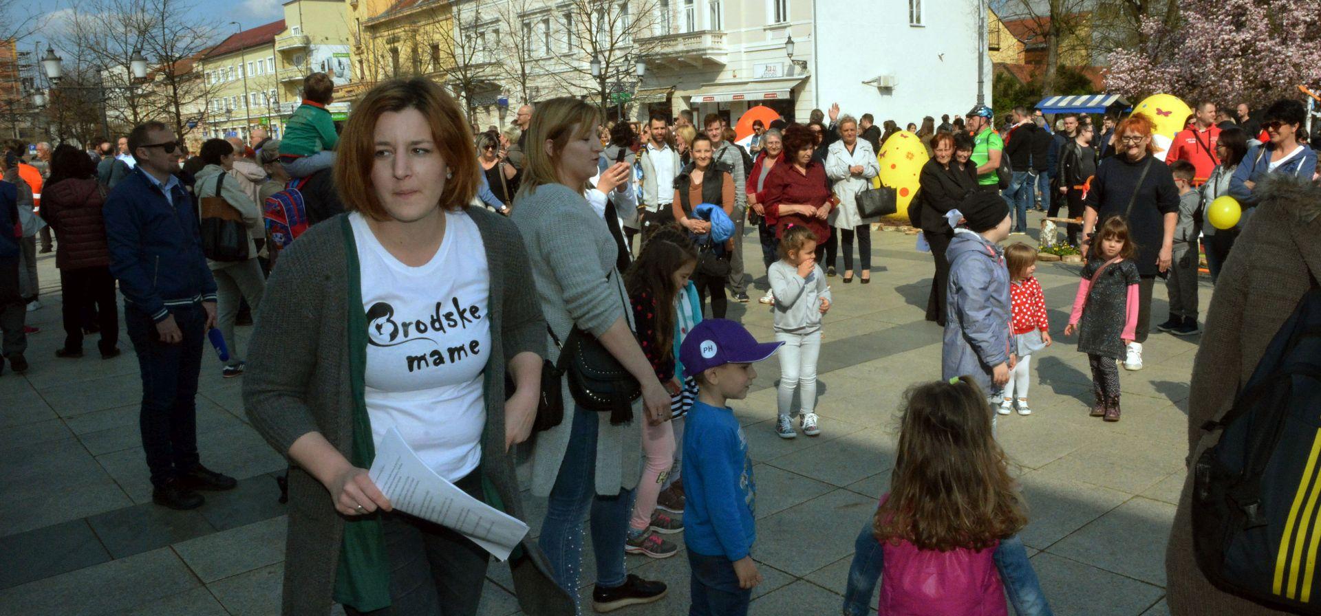 """Prosvjed """"Brodskih mama"""" na Markovu trgu u Zagrebu"""