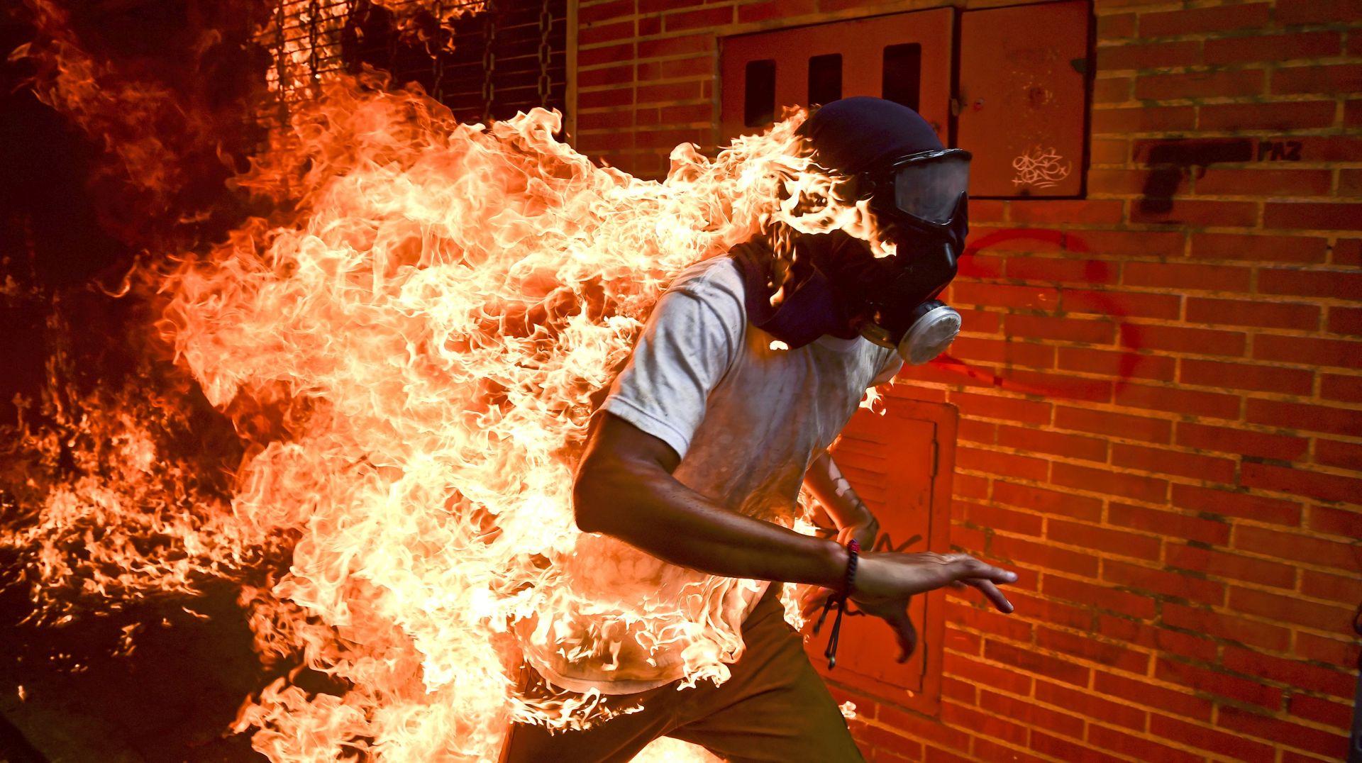 """""""Prosvjednik u plamenu"""": Fotografu AFP-a nagrada za fotografiju godine"""