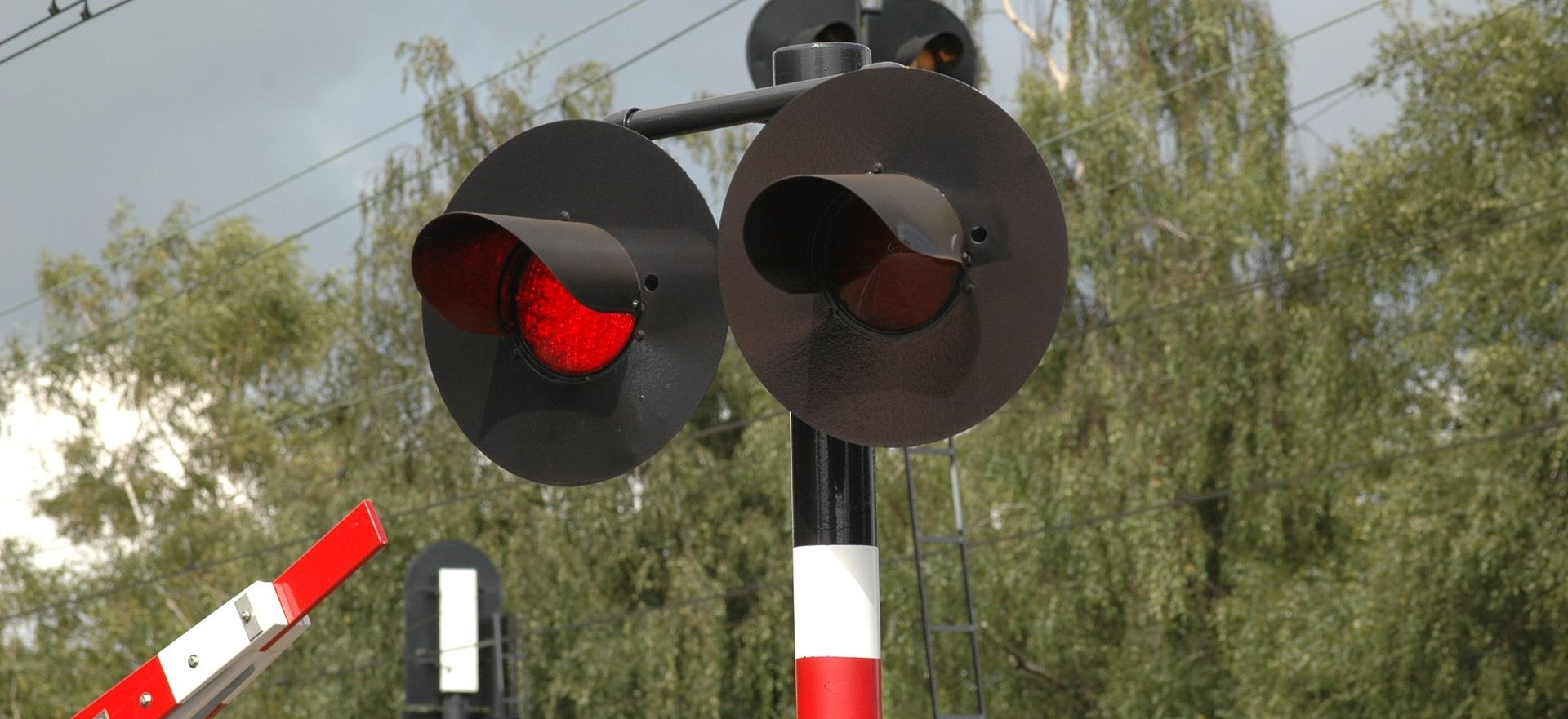 Sudarili se školski autobus i vlak, poginulo 13 djece