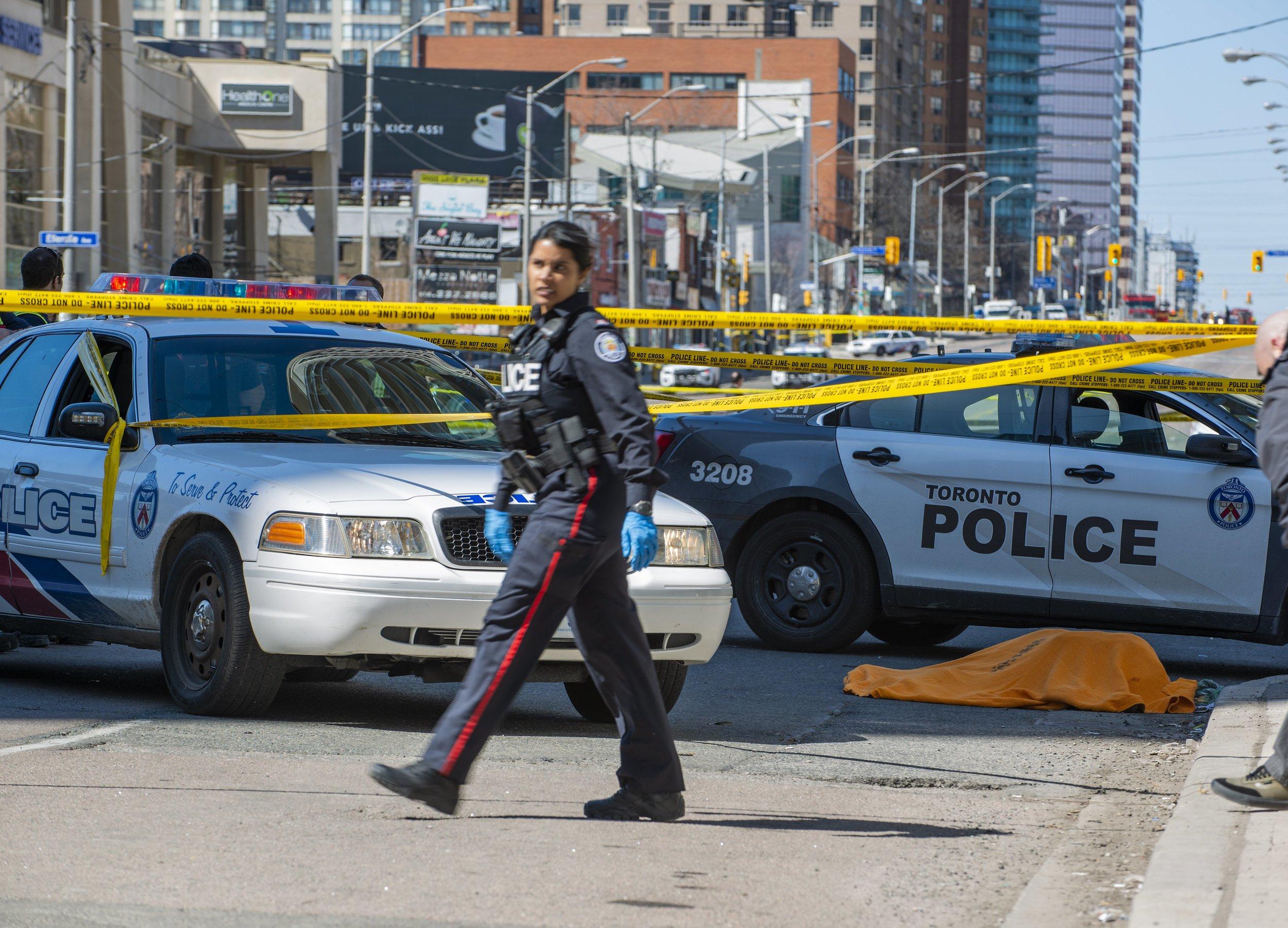 PUCNJAVA U TORONTU Žena ubijena, 13 ranjenih, napadača ubila policija
