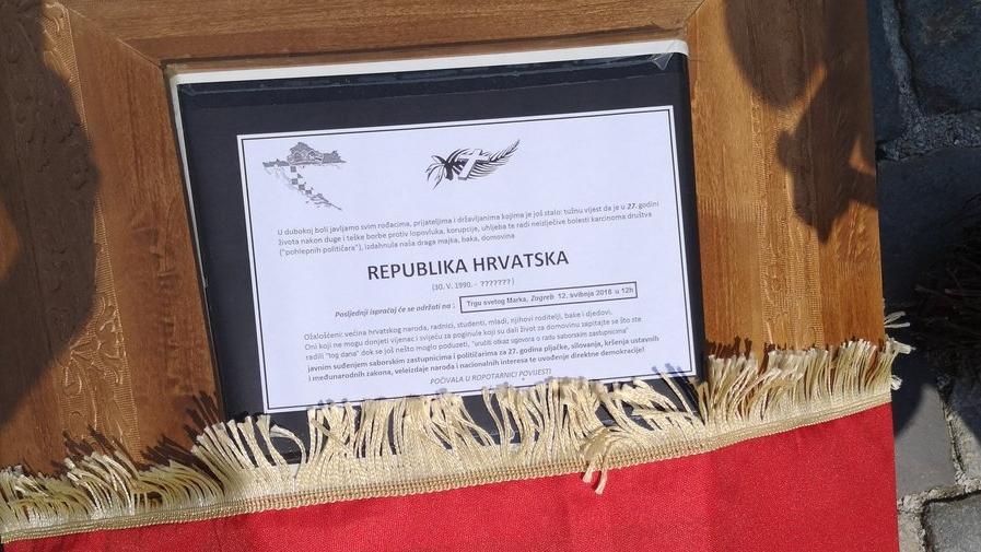 Prosvjednici na Markov trg donijeli lijes s osmrtnicom RH