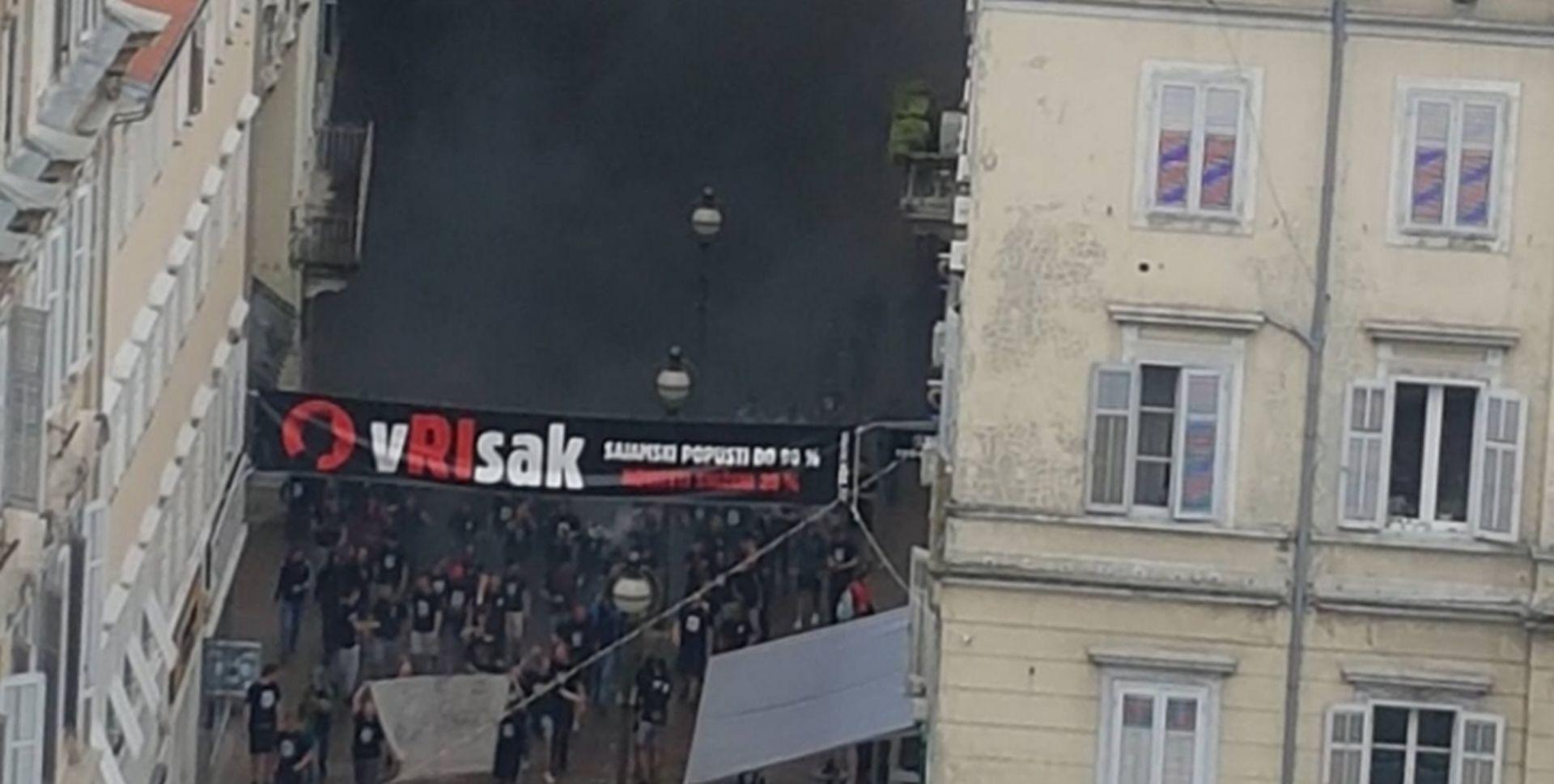 Riječki maturanti bacili dimnu bombu nasred Korza