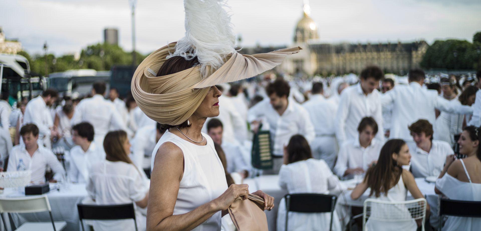 Tisuće sudionika Večere u bijelom u Parizu