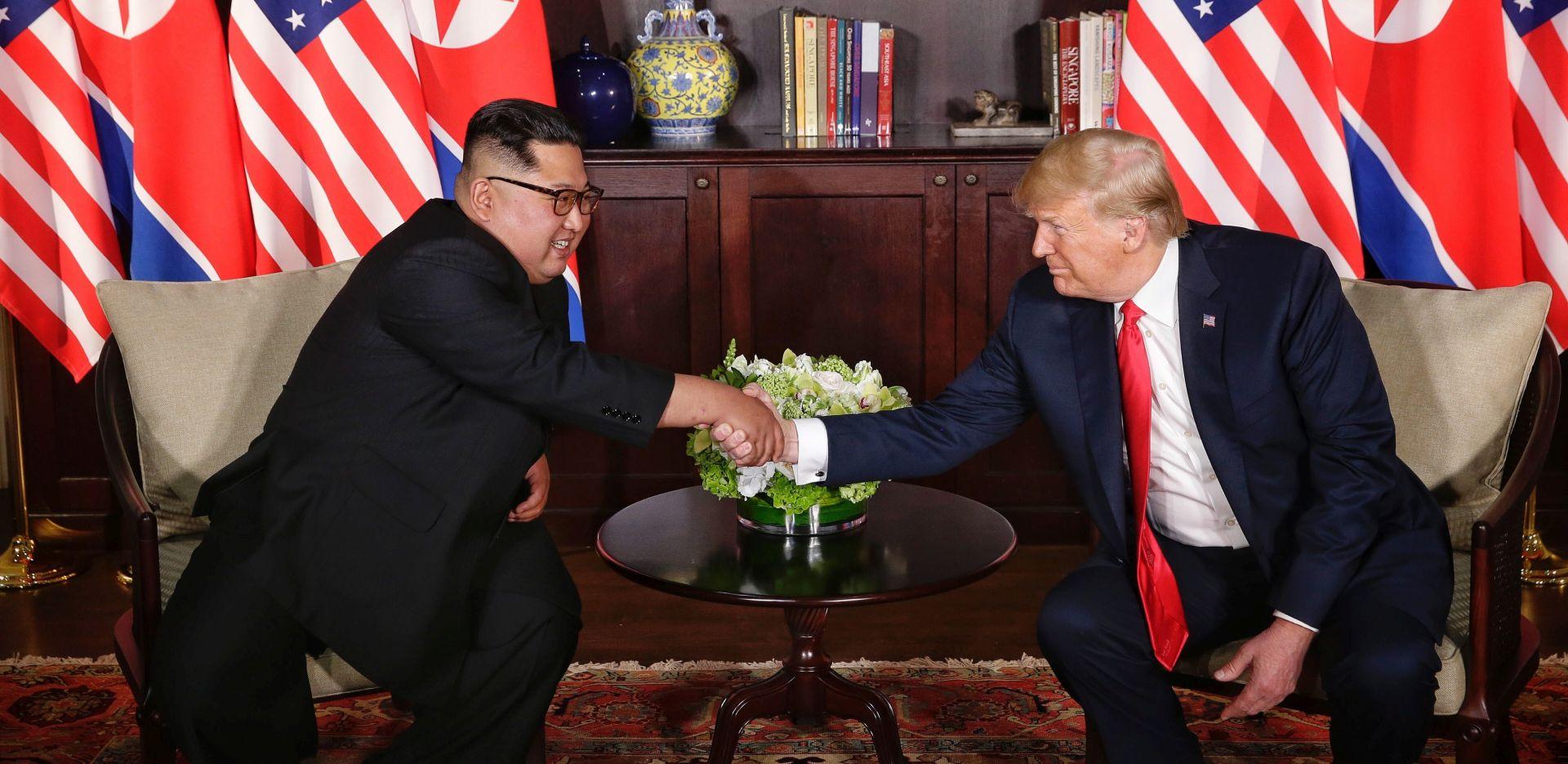 Trump i Kim počeli summit rukovanjem, osmijehom i uzdignutim palcem