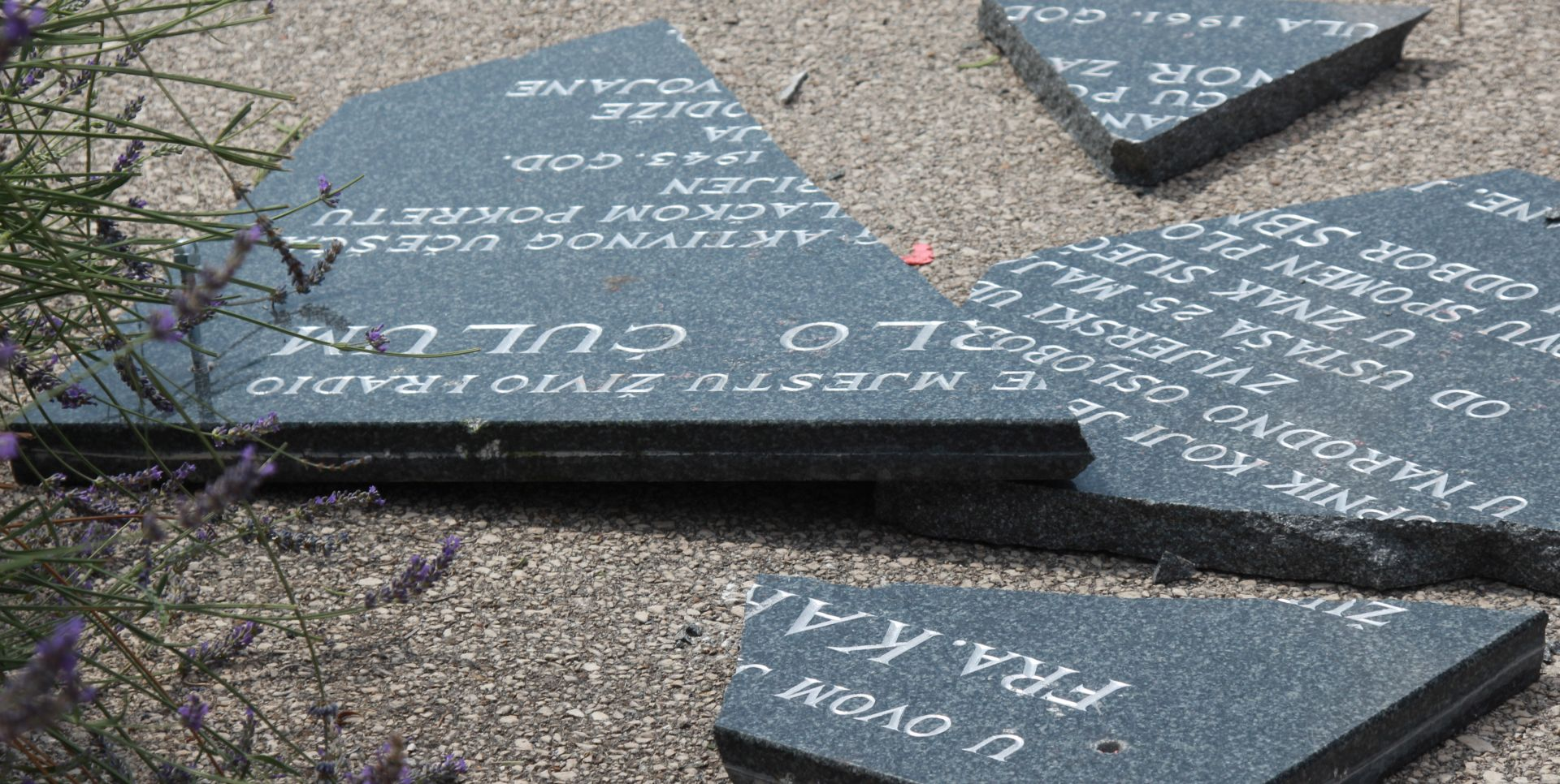 Razbijen spomenik fra Karlu Ćulumu kod Vrgorca